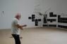 Artur Barrio en el montaje de su exposición en Museu Serralves de Oporto