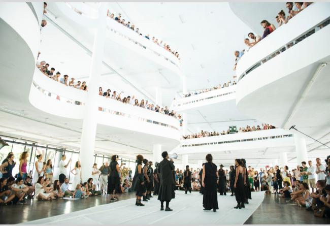 Performance de Neo Muyanga, el 8 de Febrero de 2020, en el Pavilhão Ciccillo Matarazzo, 34ª Bienal de São Paulo. Cortesía de la Fundação Bienal de São Paulo | Clima positivo en la 34ª Bienal de Sao Paulo que extiende sus actos en tiempo y espacio hasta 2021