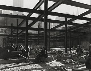 """Berenice Abbott, Rockefeller Center, ca. 1932 Cortesía Howard Greenberg Gallery © Getty Images/Berenice Abbott. """"Retratos de la modernidad"""" se podrá ver próximamente en Sala Fundación MAPFRE Recoletos"""