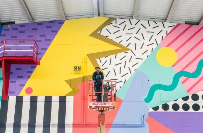 La obra de Antonyo Marest, concebida para la sede de la empresa en Valladolid representa un mural con simbología vitícola. Cortesía de Palibex