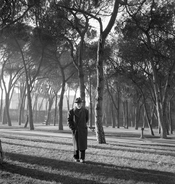 Pío Baroja paseando por el Retiro. Madrid (1950) - Nicolás Muller