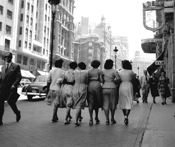 Señoritas paseando por la Gran Vía