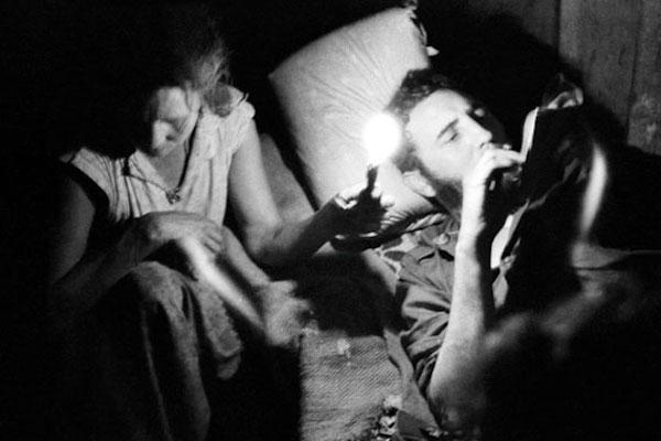 Fidel escribiendo y guajira sosteniendo una vela. Sierra Maestra (1958) - Enrique Meneses