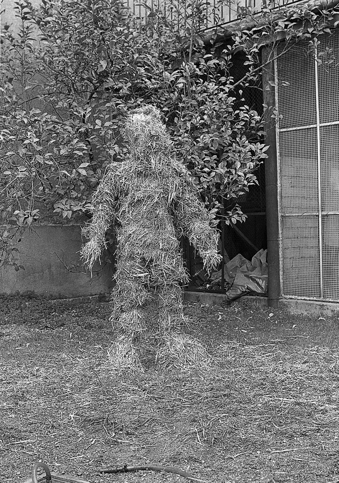Relacions. Relació del cos amb elements naturals. El cos cobert de palla, Sabadell, enero de 1975. Museu d'Art de Sabadell (1975) - Josefina Miralles - Fina Miralles