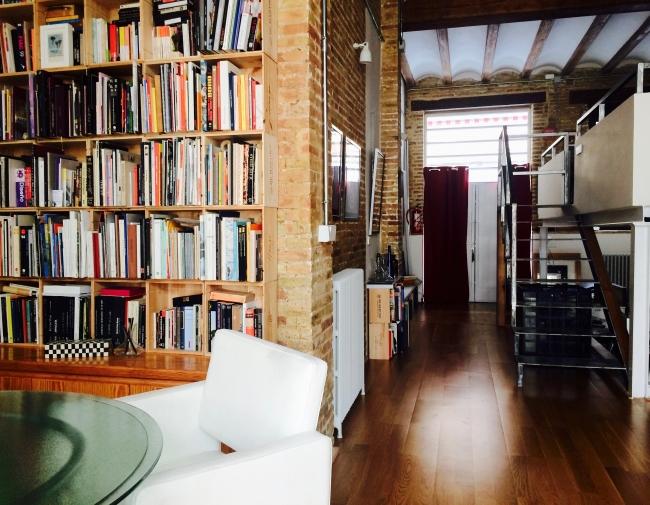 Zona de biblioteca y salida.