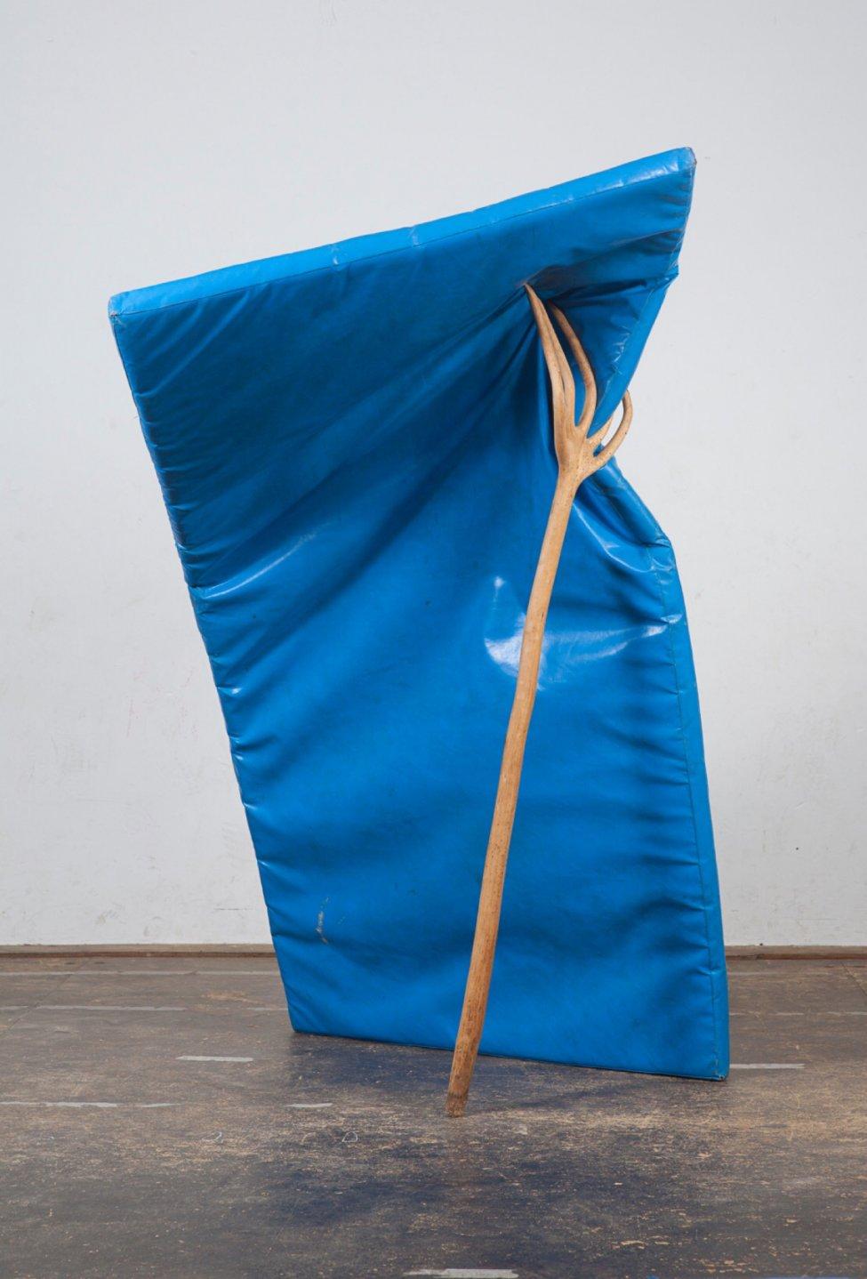 S/T (colchoneta y horca) (2016) - Arturo Comas