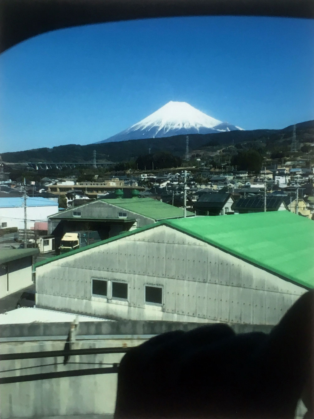 東京 - 京都新幹線から肖像画とされた富士山 (Mount Fuji portraited from the Tokyo-Kyoto Shinkansen) (2017) - Diego Salvador Ríos