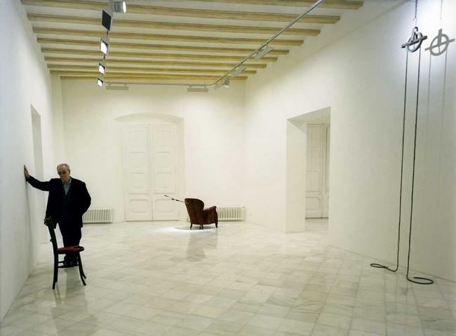 Joan Brossa en la exposición inaugural de la galería Miguel Marcos en Barcelona en 1998 / 2 - Cortesía Miguel Marcos