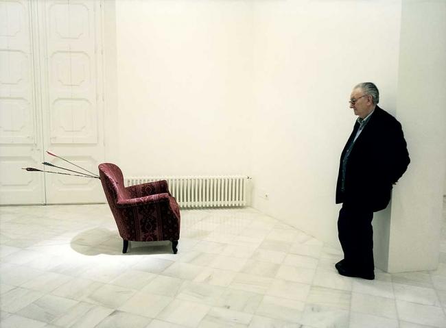 Joan Brossa en la exposición inaugural de la galería Miguel Marcos en Barcelona en 1998 / 3 - Cortesía Miguel Marcos