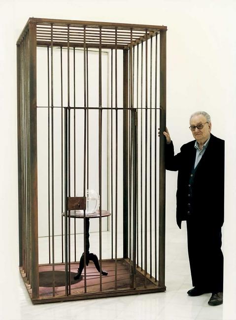 Joan Brossa en la exposición inaugural de la galería Miguel Marcos en Barcelona en 1998 / 1 - Cortesía Miguel Marcos