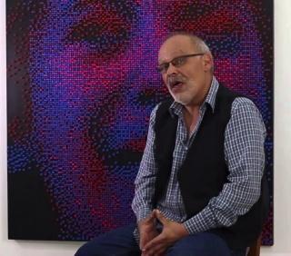 Pantallazo de un fotograma de un vídeo de una entrevista al artista plástico venezolano Nelson Rangelosky