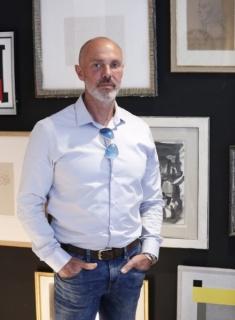 El arquitecto Francisco Reyes, en su galería de Valencia. / Jesús Signes
