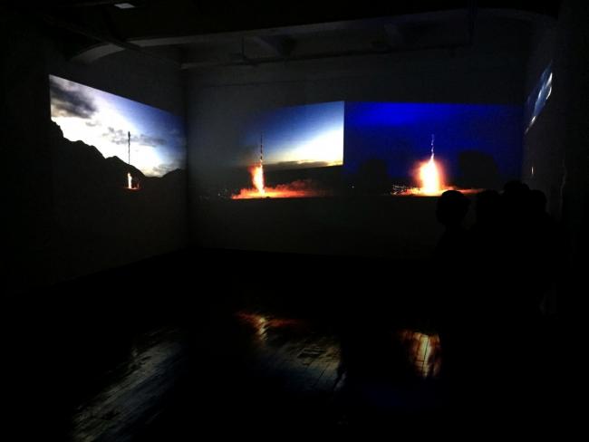 Aldair Indra-Amarrar a los ceros-Videoinstalación-800 mts de gasa-