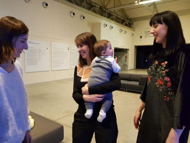 Las comisarias Roberta Tenconi y Marisol Salanova con la artista Eva Kot'átková.