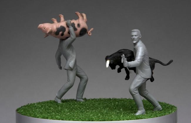 asalto a la granja 2005 Figuras de plástico, pasto sintético, base de metal y motor. 26ø X 40cm. Cortesía de Iván Puig