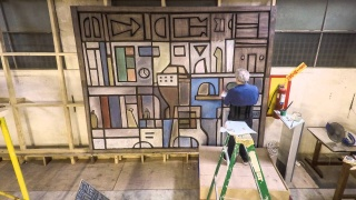 Fotograma del vídeo: Construcción del mural para CAF por el artista Walter Deliotti