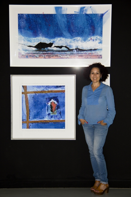 """La artista junto a dos de sus obras de la serie """"Sueño de una noche de verano"""" en la exposición """"Lagunas. Proyectos y procesos de arte y ciencia en el Mar Menor"""""""