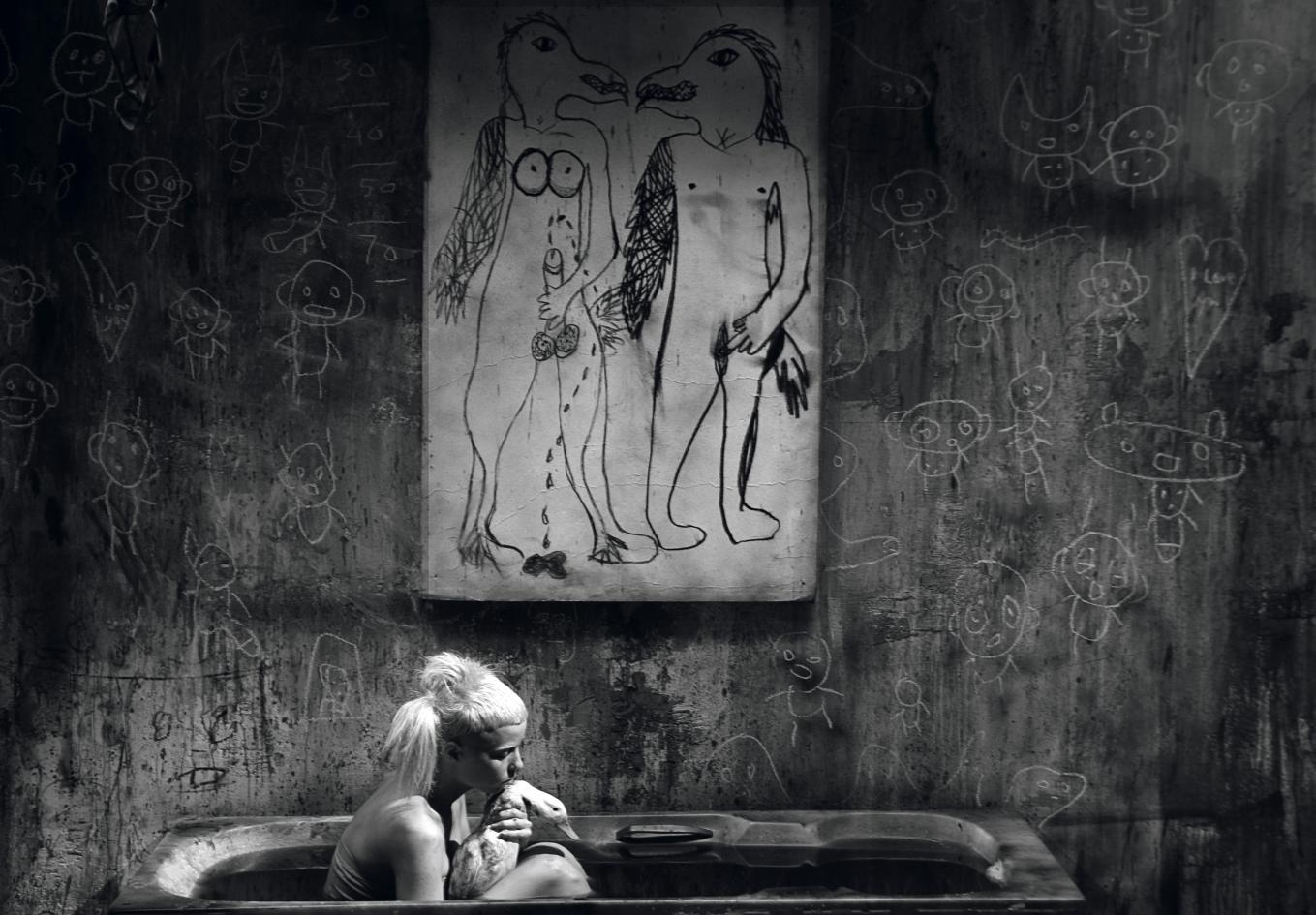 Bath Scene, serie ''I Fink U Freeky'' (2012) - Roger Ballen