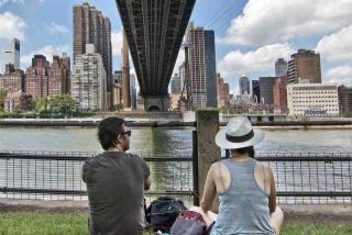 Egisto N. Ceccatelli - Uno sguardo verso Manhattan da Roosevelt Island. (2013)