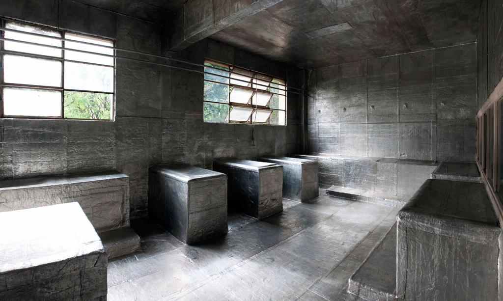 Ex ESMA. Membrana asfáltica con aluminio sobre mobiliario, piso, paredes y cielorraso originales de un aula (2010) - Martín Guerrero