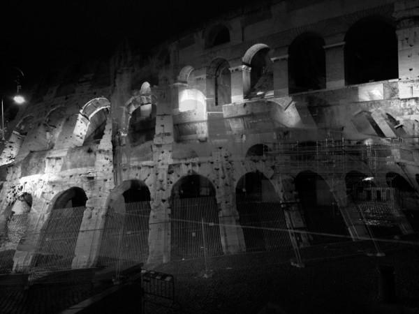 Paseo nocturno alrededor del Coliseo