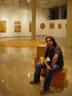 """Ángel Cantero en la exposición """"La lengua de los pájaros""""."""