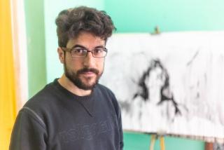 Fernando Rodríguez Salas pintando en su estudio