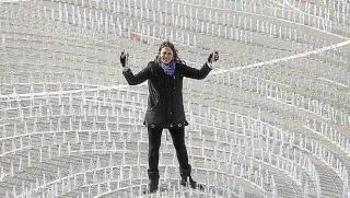 La artista contemporánea vasca Irantzu Lekue en la instalación artística con la que cerró el programa Olas de energía de la Capitalidad Cultural Europea DSS2016