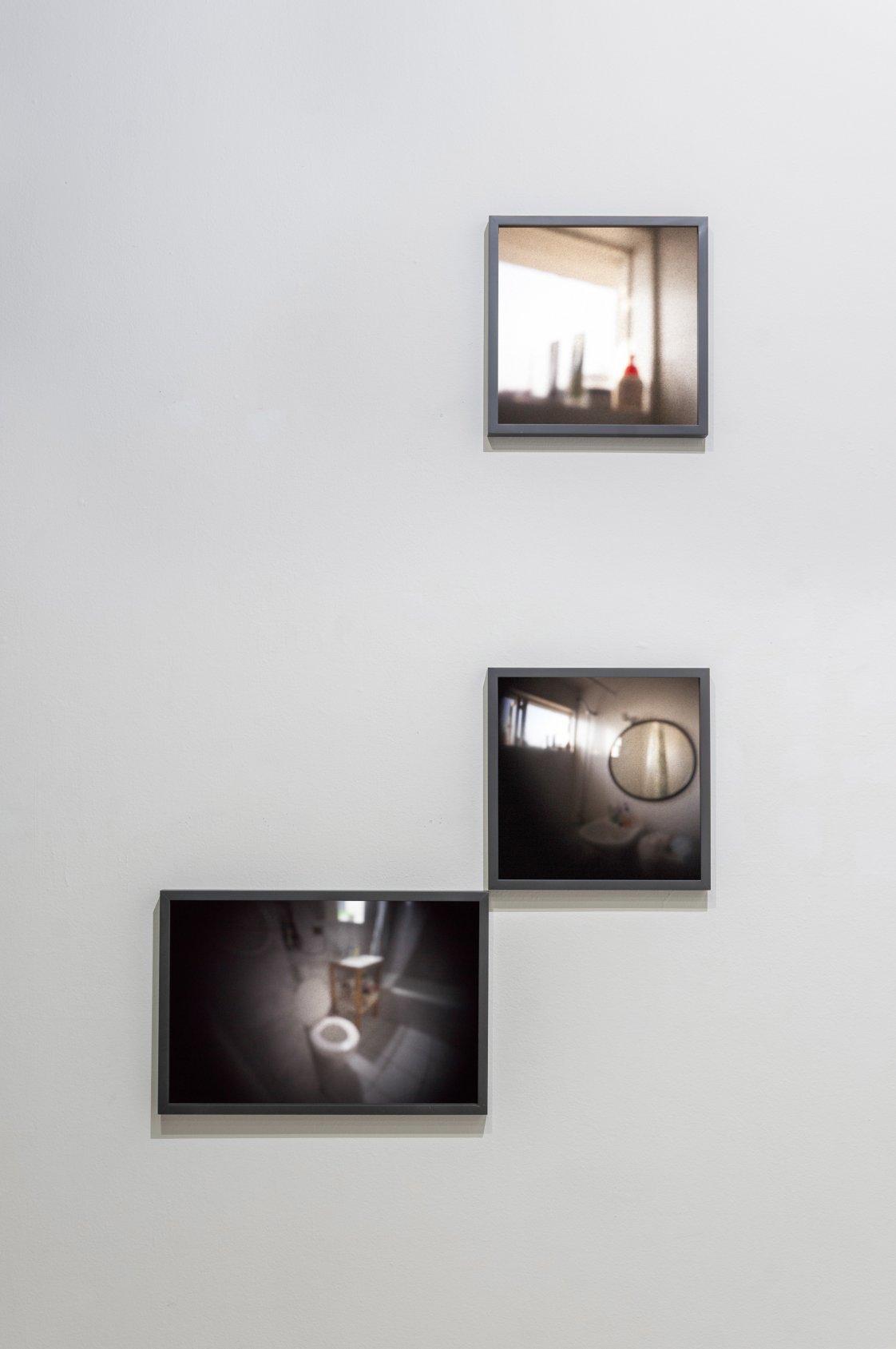 """Baño compartido, tríptico del proyecto """"Luz común"""", una mirada íntima al habitar contemporáneo en edificios residenciales (2017) - Carola Sepúlveda"""