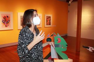 """Matilde Rodríguez presentando la exposición """"Cromática. III Mostra Internacional de Ilustración Contemporánea"""" de Afundación en Santiago"""