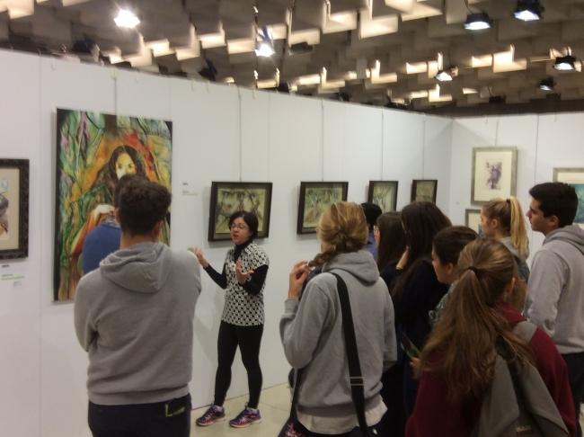 conversando con los estudiantes en la Bienal