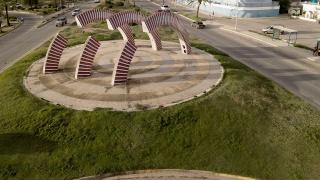 Obra de Carlos Cruz-Diez - Fuente de Inducción Cromática: Tres Arcos, de Nueva Esparta