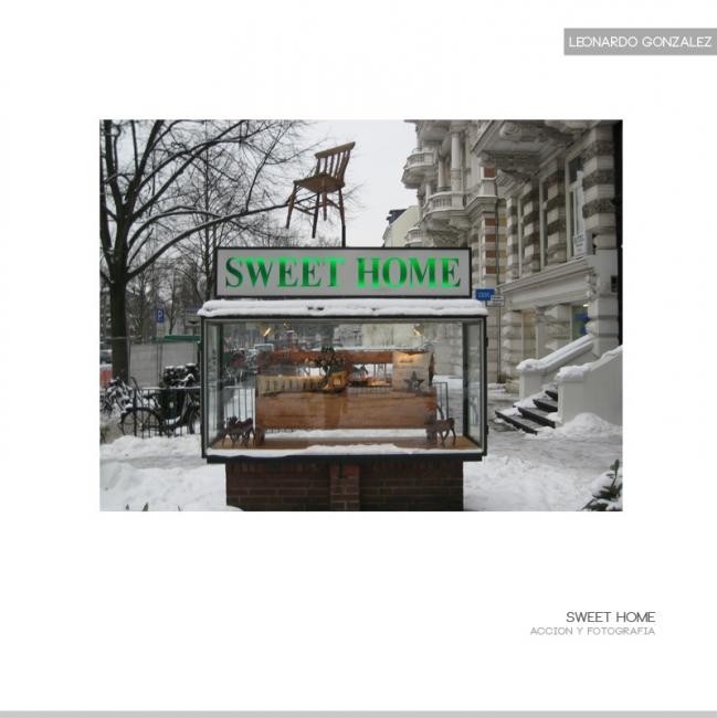 Sweet Home En una estadía en Hamburgo, Encuentro una vitrina vacía en la calle, me intereso por ella y comienzo a realizar una accion, mando imprimir digitalmente un billboard en el que se lee Sweet Home, luego comienzo a recorrer todos los barrios de mig
