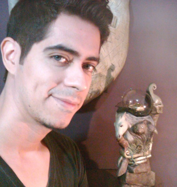 "Armando Cernichari con escultura \""Skeletal Alpha\"""