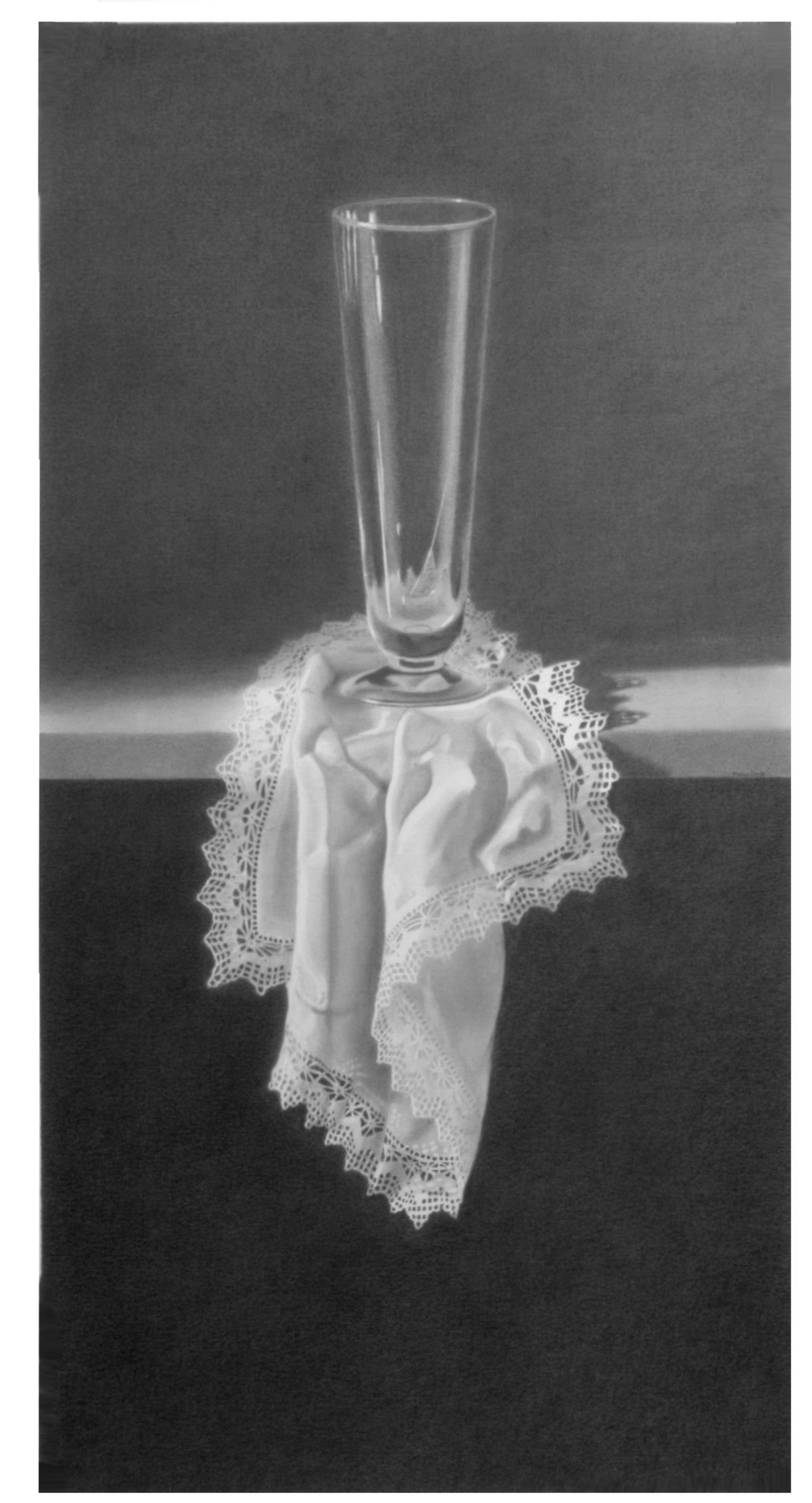 Copa sobre un pañuelo con puntilla