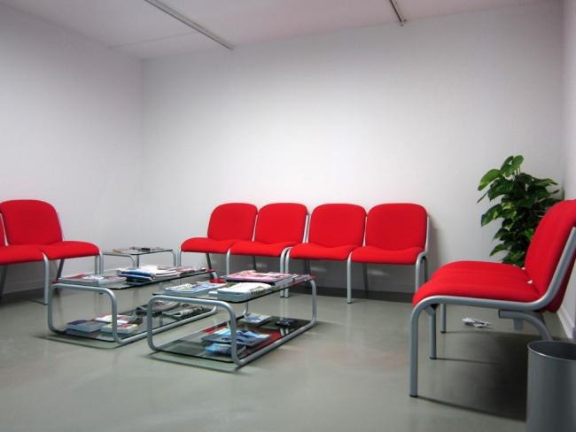 Documentos inesperados en una sala de espera / Painted cooked clay publications, waiting room furniture, plant, clock / various sizes / 2011-2014