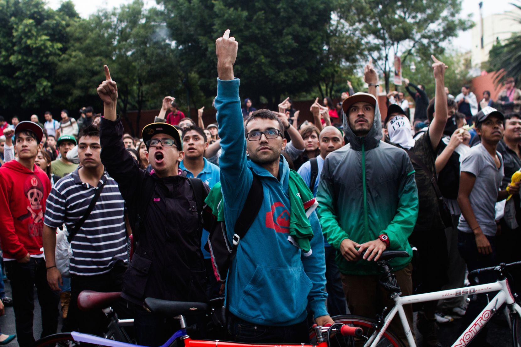 """Miles de jóvenes del movimiento #yosoy132, y otros movimientos civiles, marcharon en la Ciudad de México para protestar por lo que consideraron un """"gran número de anomalías, delitos electorales y actos violentos"""". Esto, un día después de las elecciones  p (2012) - Mauricio Palos"""