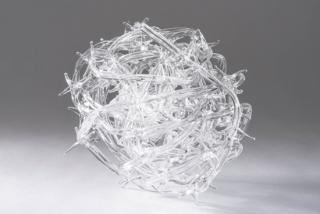 Enredo. Alambre de espino en vidrio soplado.
