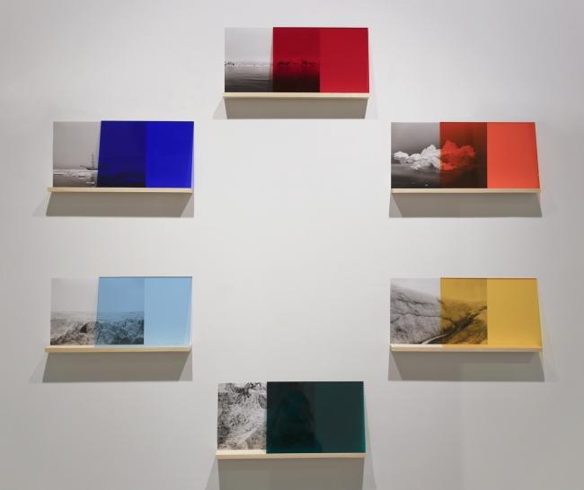 Croma-arctic Circle. 2017. Fotografía b/n Kodak, metacrilato de color y estantes. Dimensioens variables.
