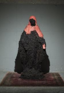 Virgen y pelúa (2014) Virgen de yeso revestida en chicle mascado y pelo humano. 180 cm. Cortesía de Metales Pesados Visual