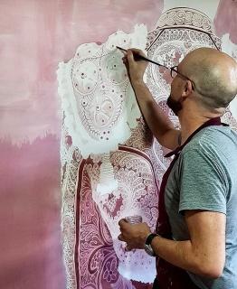 El artista pintando un torero con vino tinto tratado