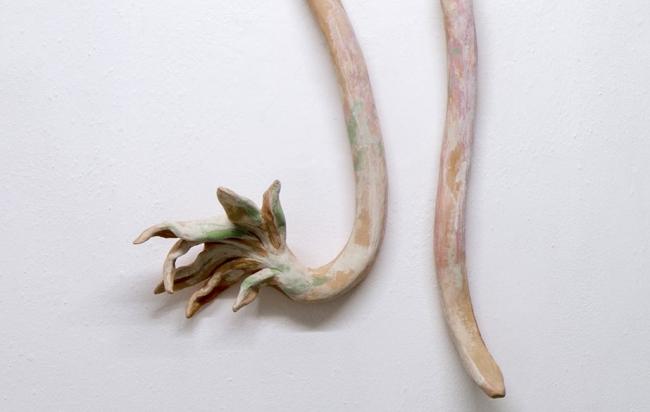 Orquídea y serpiente, 2018  Cerámica baja temperatura, látex, pigmentos, aguacal y clavo de hierro forjado.  72 x 40 x 13 cm  Lulu DF. Cortesía de Lorena Ancona