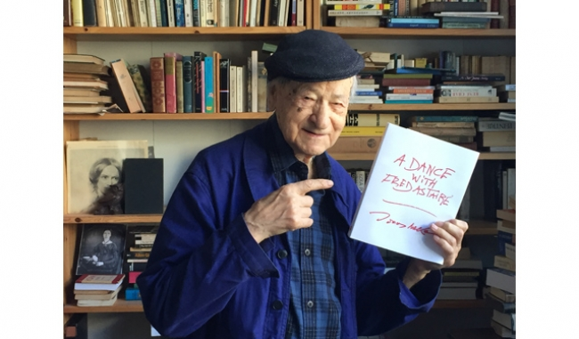 """With my new book, """"A Dance with Fred Astaire."""". Cortesía del artista"""