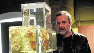 José Antonio Hernández-Diez, con una de sus obras en el MACBA. Foto: Inés Baucells. Cortesía de la Galería Freijo -via nota de prensa el 26/02/20