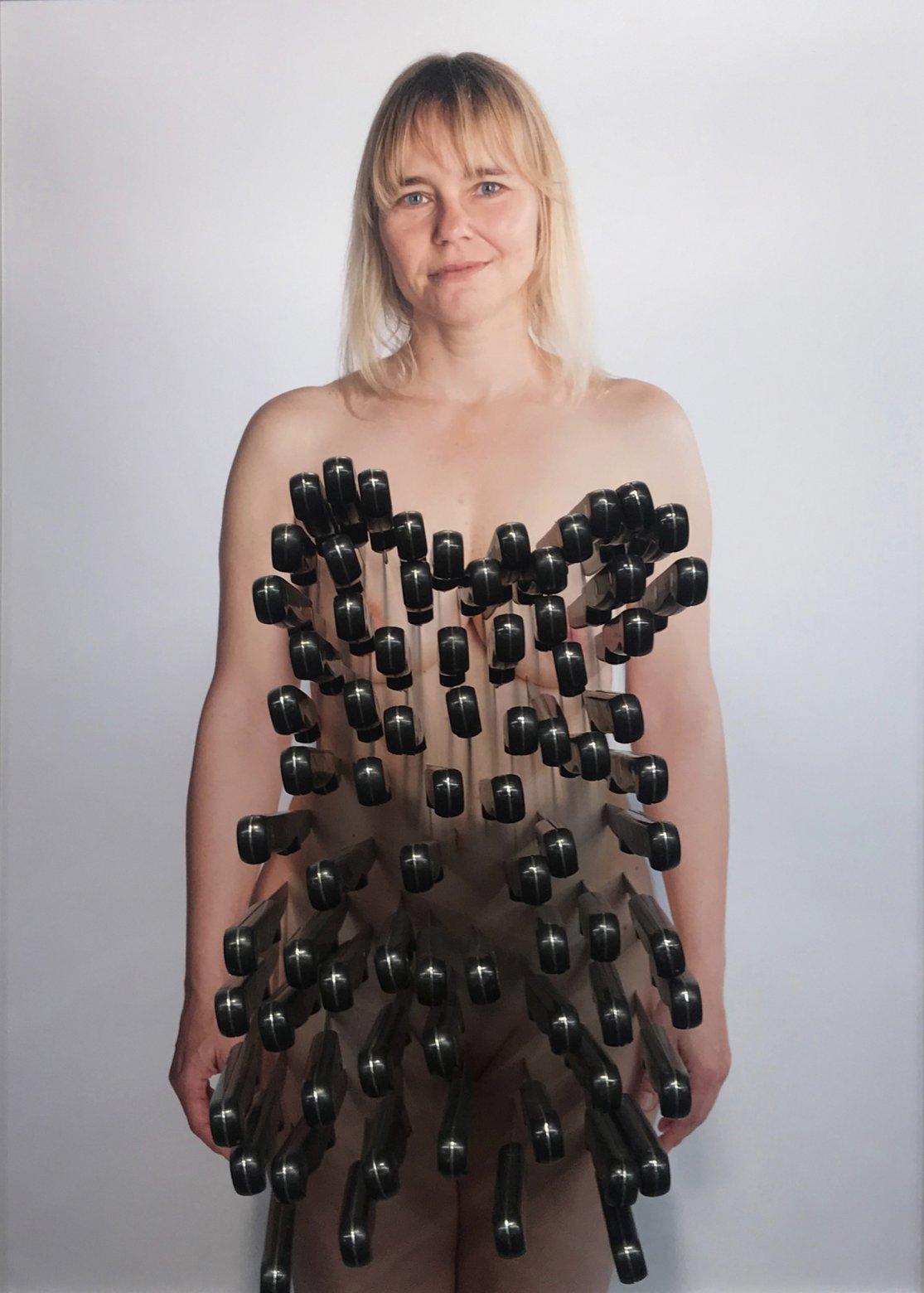 S/T (fotografía con cuchillos clavados) (2019) - Claudia Frau
