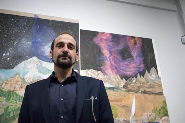 Carlos Romano en su exposición espacio inconforme