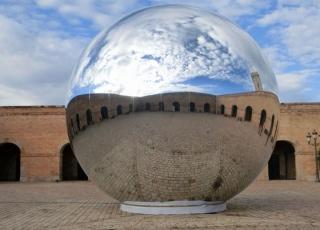 Memòria Esfèrica Esfera inflable de pvc metalizado. 8 metros de diámetro. 2014-15. Cortesía de Quim Tarrida