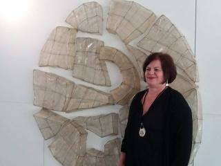 Sabina Huber con una de sus obras