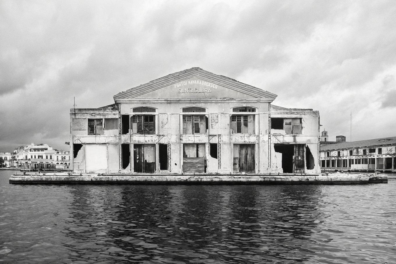 Anuncio del Muelle de Santa Clara retornando en uno de los espigones del edificio de la Aduana de la Bahía de la Habana. (2017) - Dany del Pino Rodríguez