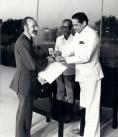 Ministro Vasant Sathe entrega medalla de plata en el Hamsandwani Theater de Nueva Delhi
